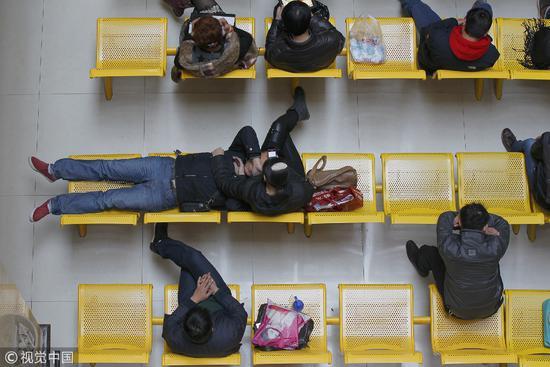 2013年11月15日,郑州,河南省人类精子库,在等待治疗的年轻人。/视觉中国