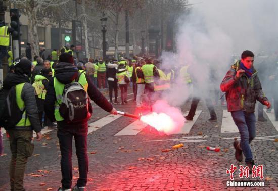 法国欲出动近9万警察 12辆装甲车开上巴黎街头