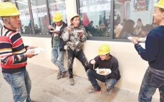 怕弄脏大学食堂的座椅 建筑工人露天就餐令学子感动
