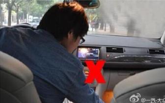 """孝感一男子开车时捡手机""""捡丢""""十多万元"""