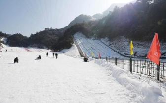 重庆降温玩雪正当时 万盛奥陶纪景区下雪了