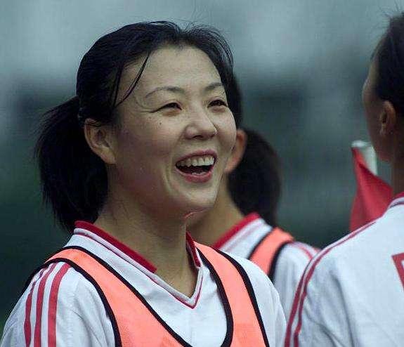 穿中国队服安卧玫瑰花簇 数百中美民众送别张欧影