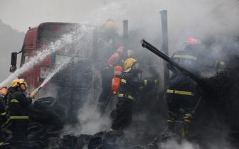 达陕高速大货车燃烧 达州消防紧急行动