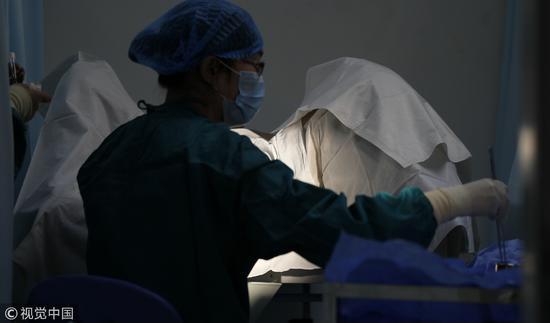 2013年11月16日,郑州,河南省人类精子库,医生在为患者做人工受精手术。/视觉中国