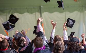 """比牛津剑桥有""""钱景"""" 这所英国大学毕业年薪最"""
