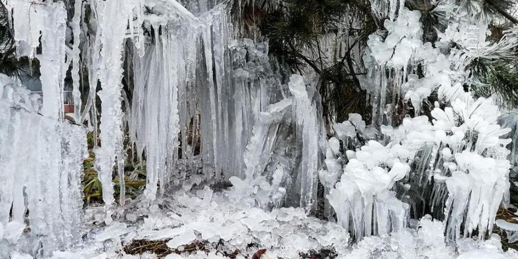 """北京""""断崖式""""降温 现壮观冰挂景观"""