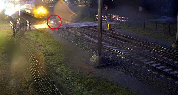警惕!荷兰骑车者横穿铁轨险撞行驶中火车