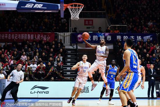 新疆7分险胜残阵福建 亚当斯55分王哲林砍36+18
