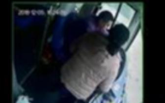 又有人抢方向盘!女乘客嫌客车车速慢抓扯司机抢
