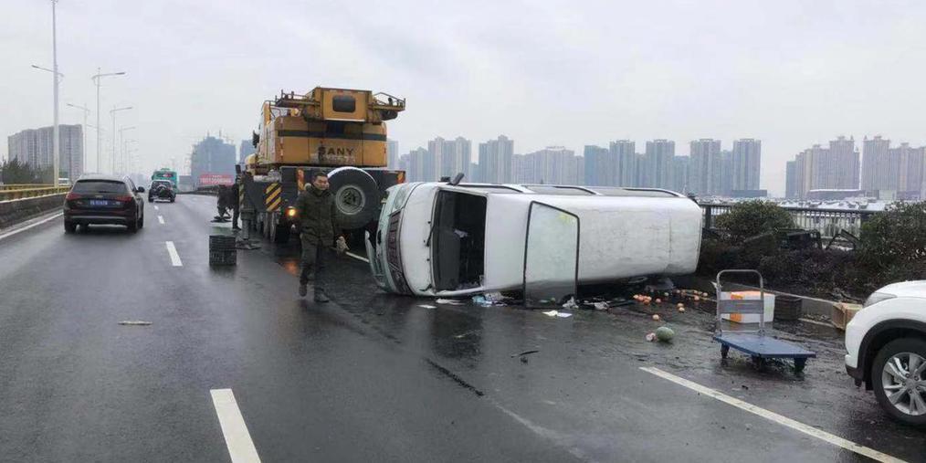 一夜雨雪路面湿滑 高架发生多起交通事故