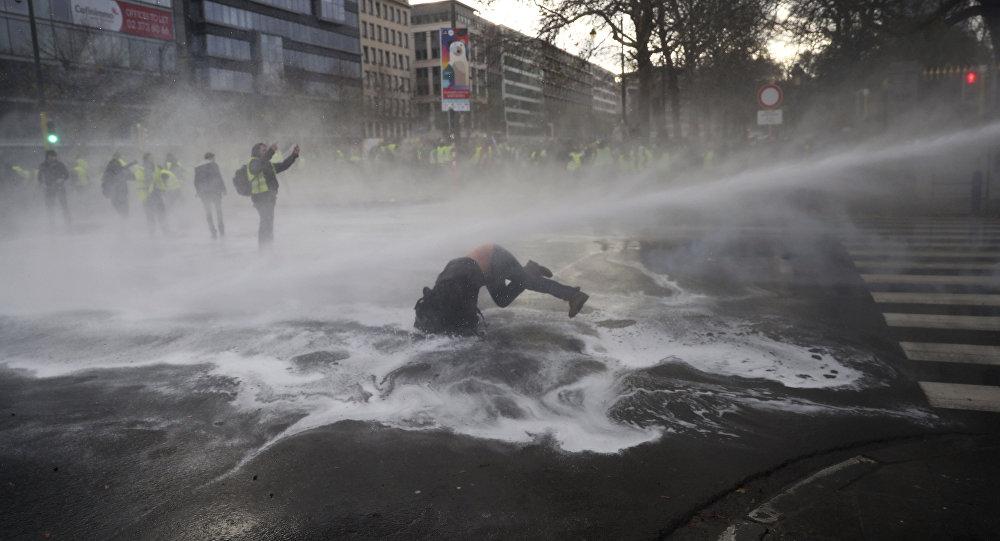 """骚乱会""""传染""""?比利时爆发黄背心示威 450人被捕"""