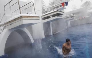 栏杆跳台厚厚一层冰 俄罗斯冰雪露天泳池