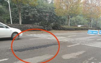 泸州:江南路路面坑凼多 开车如扭秧歌一样