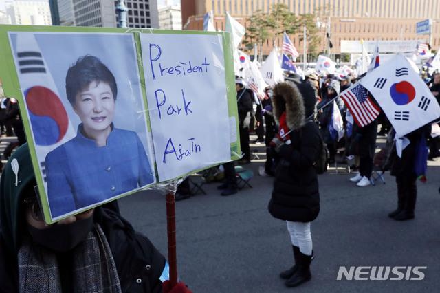 朴槿惠被弹劾2周年:铁粉集会 挥星条旗高呼放人