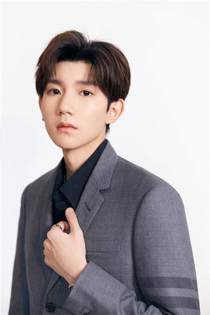 王源亮相华表奖 献唱歌曲传递青年演员正能量
