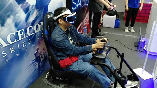 现场媒体使用专属操纵杆体验VR版《皇牌空战7》