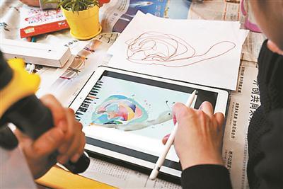 """江涛把孩子画出的凌乱线条""""爆改""""成一只蜗牛"""