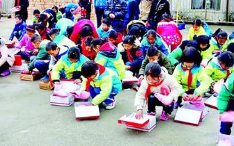 丹江口90后林区教师 攒一年钱为全校62名学生买棉鞋