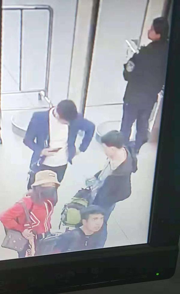 监控显示,小雪(图中红色上衣者)曾在银川火车站出现,多名男性跟随。