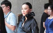 刘嘉玲穿黑色长裙显霸气