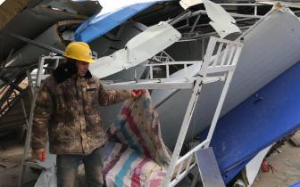 工地宿舍被偷拆 十余名工人住进集装箱