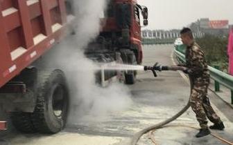 货车|宜昌高速收费站外一货车突然起火 路政员紧急灭火