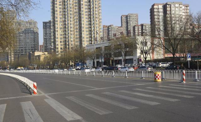 卫国路与机场路交叉口安装护栏 机动车严禁通行