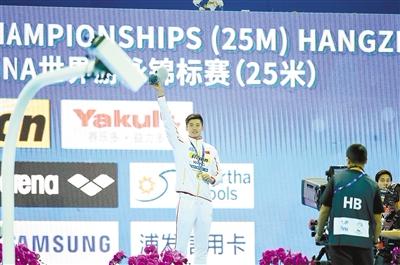 汪顺为中国夺得世游赛(25米)首枚金牌