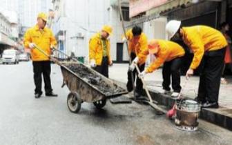 农民工义务清掏堵塞污水井
