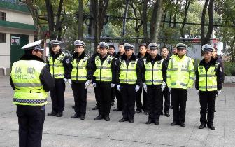 孝感交警联合城管执法 整治校园周边环境秩序