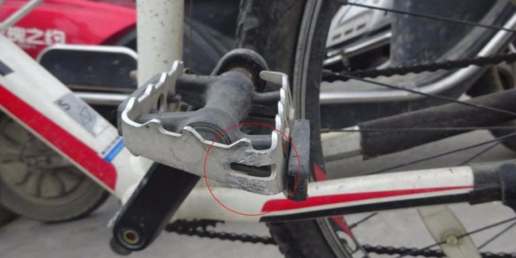 骑自行车撞倒七旬老人 看了30秒竟跑了