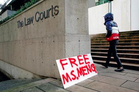 """12月10日,加拿大不列颠哥伦比亚省最高法院,第二场孟晚舟的保释听证会举行当天,有民众在法院外摆放""""释放孟女士""""的标语。图/视觉中国"""