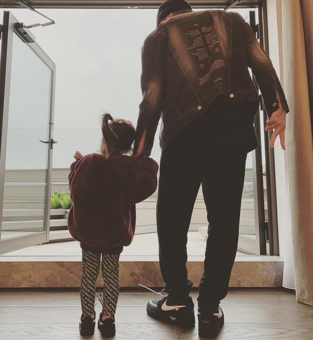 女儿奴上线!周杰伦为小周周扎辫子穿同款鞋合照