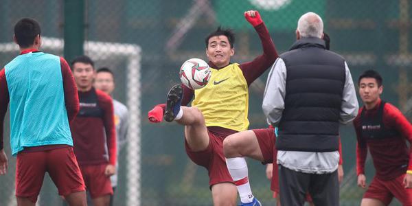 国足训练里皮秀脚法 冯潇霆成表情包