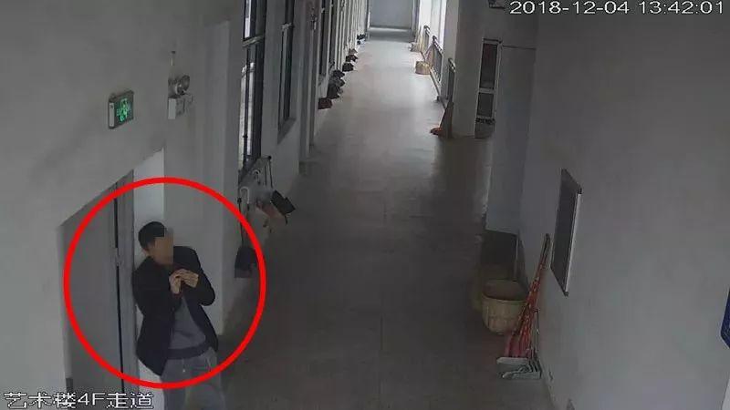 打工仔大白天闯入学校琴房将门反锁 猥亵拳殴女生