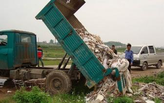 规范垃圾运输行为:乱倒垃圾 2辆垃圾车被查处