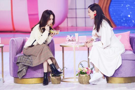 郑希怡与阿娇默契互 动 誓让好友做最美新娘