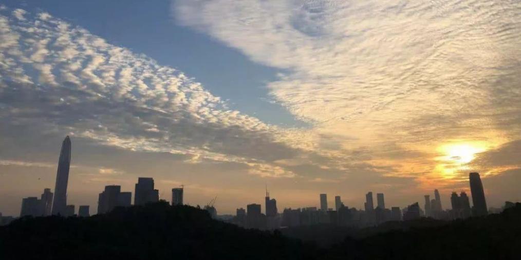 """深圳天空""""鱼鳞云""""再次刷屏朋友圈 气象局回应"""