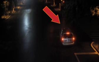 自贡男子醉驾等绿灯时一觉到天亮车撞树上也没醒