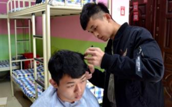 大一男生在寝室给同学理发:收五六元 赚个零花