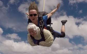 102岁澳洲奶奶4300米高空跳伞 破最年长跳伞纪录