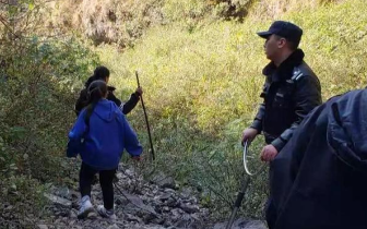凉山2名小女孩上山游玩被猴群攻击,民警去救也被围攻