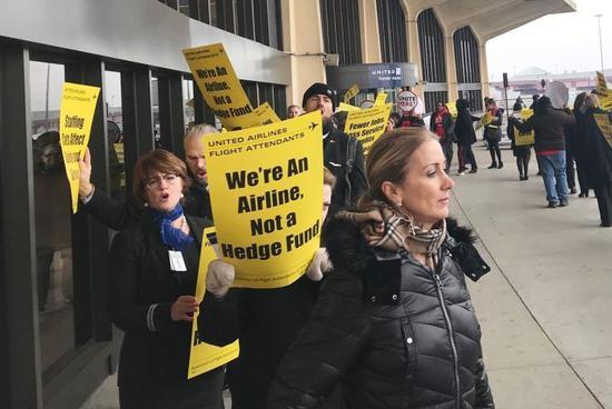 美联航乘务员机场外示威 抗议国际航线裁员计划