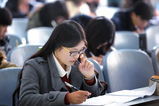 """2013年12月14日,湖北省武汉市,考生们正在考试。改革后的全国大学英语四六级考试开考。本次考试采取""""多题多卷""""模式,但也只是为了防作弊,而不是为了更专业/视觉中国"""