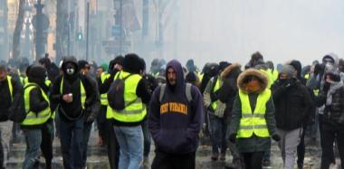 法国巴黎示威活动继续 警方出动装甲车戒备