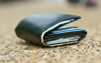 钱包自己掉进别人手提袋 网友:说出来你可能不信