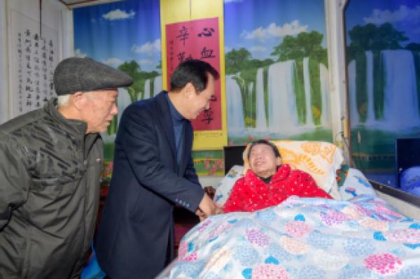 许家印陪96岁老父回乡看望父老乡亲 决定再捐6.5亿
