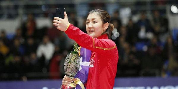 陈梦卫冕总决赛女单冠军 手捧奖杯玩自拍