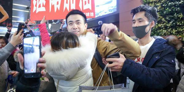 赵继伟伤愈回国抵沈阳机场 遭女粉疯狂熊抱