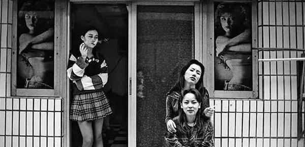 90年代的深圳老照片:发廊抽烟女子
